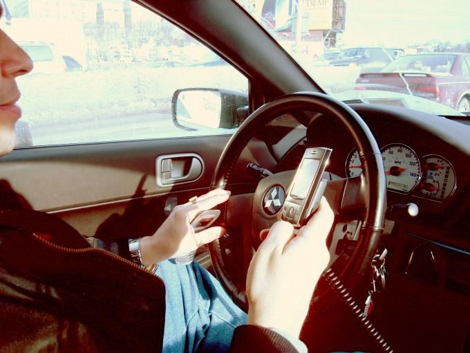 Seconde étape dans la sensibilisation des automobilistes au dangers du portable au volant à compter du 30 juin 2015