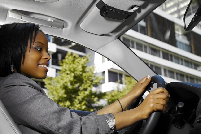 Kits main libre et oreillettes interdits, quelles alternatives autorisées pour téléphoner au volant ?
